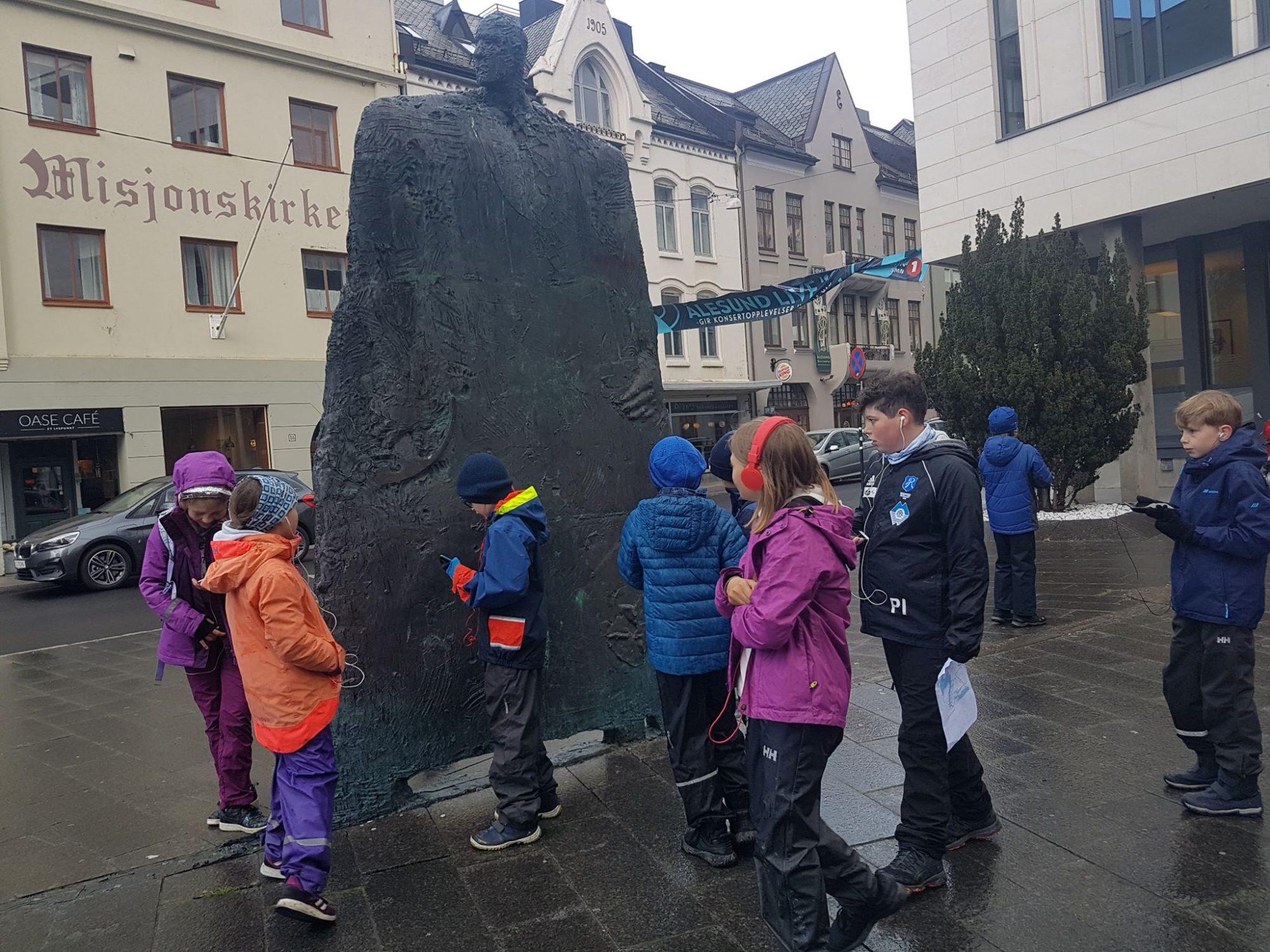 Mot-Havet-barn-statue-historie-Alesund
