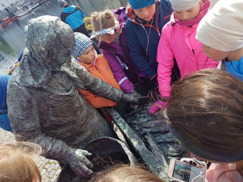 Statue-Sildekona-barn-Alesund-app-historie