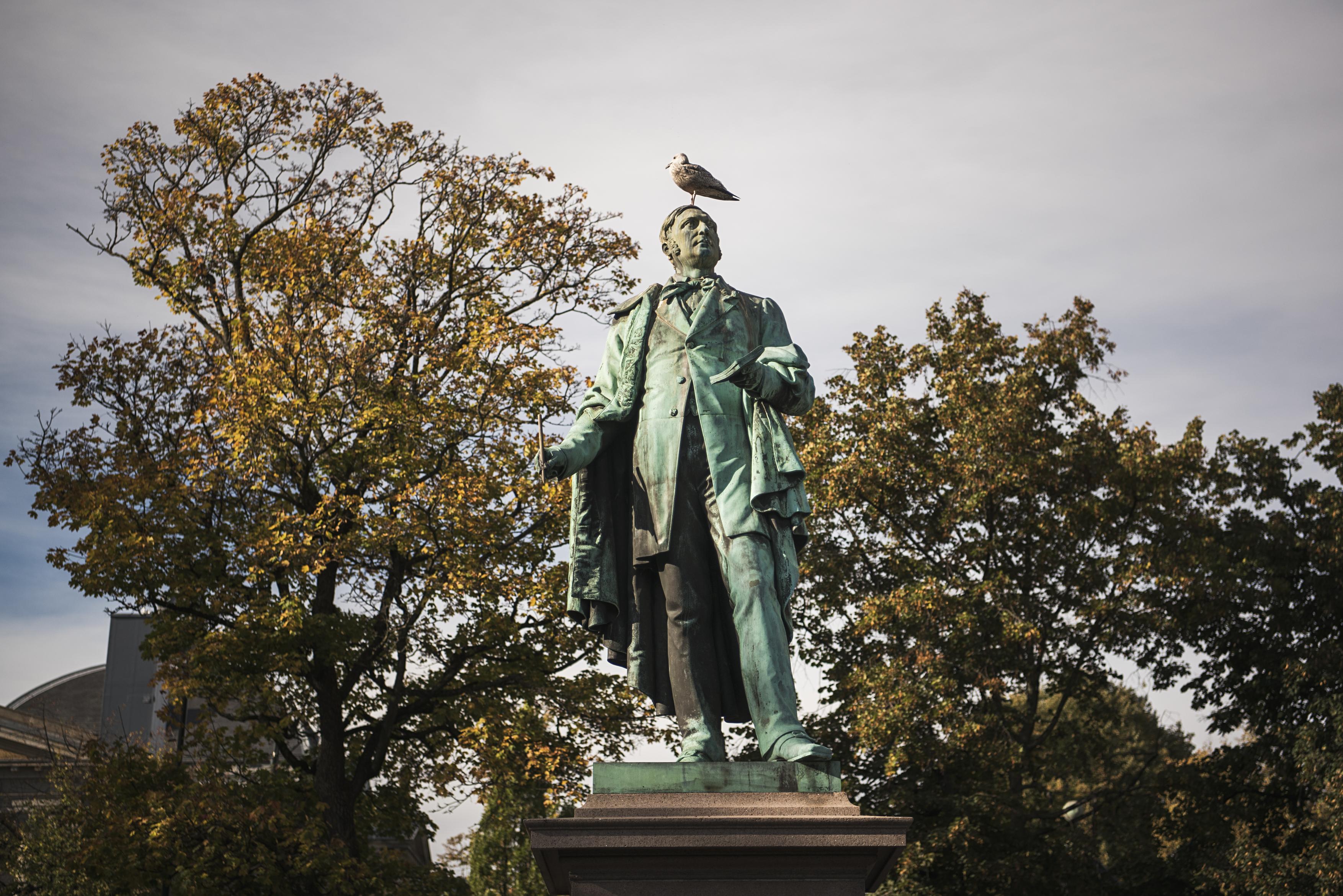 Billedhugger_Brynjulf_Bergsliens_statue_av_Henrik_Wergeland_i_Spikersuppa_Voice_Of_Norway_Lydguide_Reiseguide_Turistguide_Audioguide_Oslo