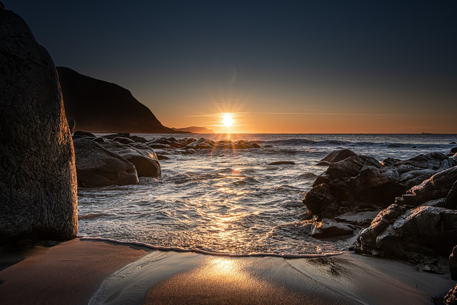 Solnedgang-strand-Runde-Havlandet-Fosnavaag-reisegude-reiseapp-lydguide-app-mobilguide-Voice-Of-Norway-Fotograf-Kristoffer-Ytterland