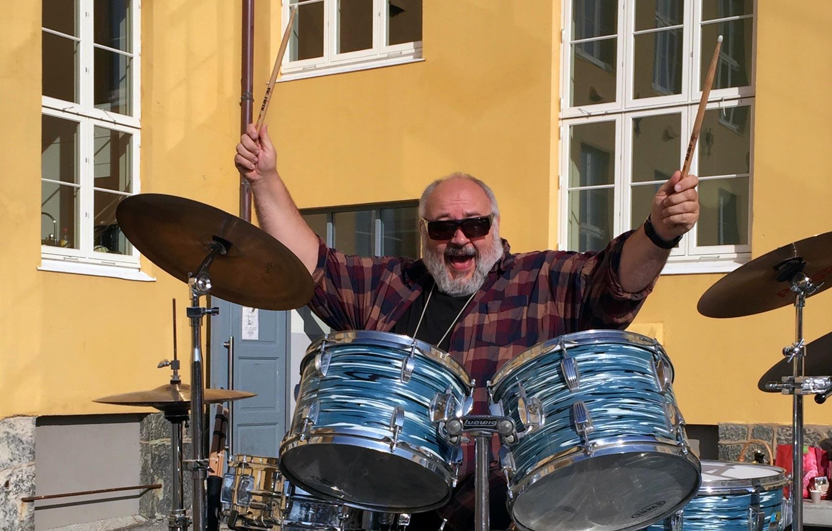 Voice-Of-Norway-Fortellerstemme-Jon-Henriksen-app-reiseguide-turistguide-audiovisuell-lydguide-voiceover-historieforteller-trommer