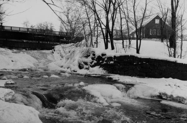Akerselva ved Beyerbrua. Hønse-Lovisas hus. Februar 1985